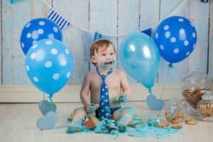 צילומי קייקסמאש עם בלונים כחולים ובגל כחול עם נקודות
