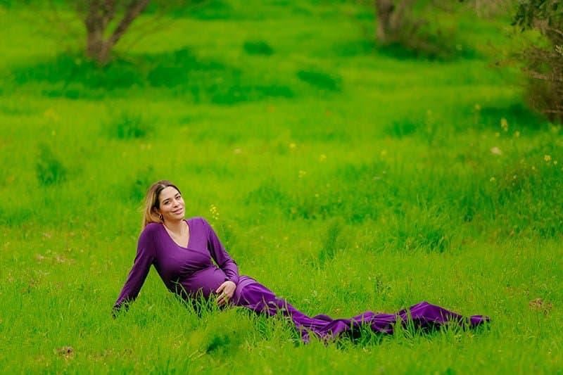 צילום הריון בטבע לאורטל בשמלה סגולה