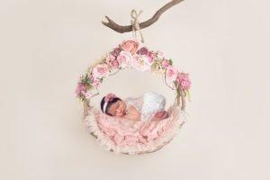 צילום ניובורן לתינוקת על ערסל עם פרחים בצבעי ורוד